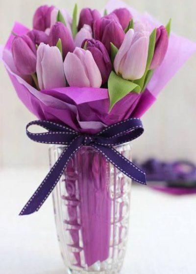 Jarron con tulipanes morados