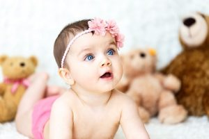 Bebé recién nacido con Flores